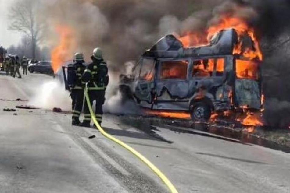 Benz-Fahrer rettet Kinder aus brennenden Autos und verletzt sich schwer