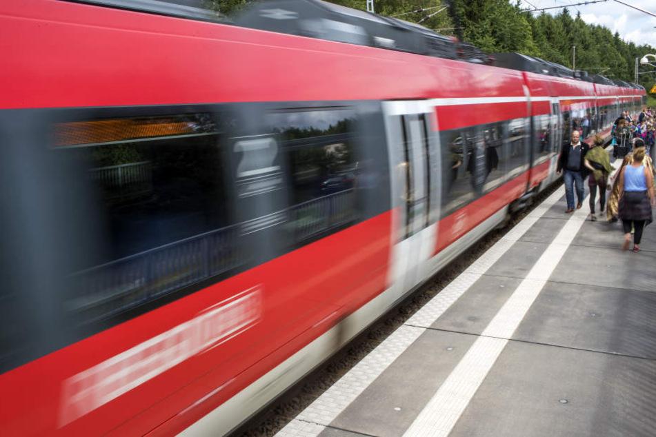 Die Frau wollte ihren Zug noch bekommen. Der Lokführer bekam davon nichts mit. (Symbolbild)
