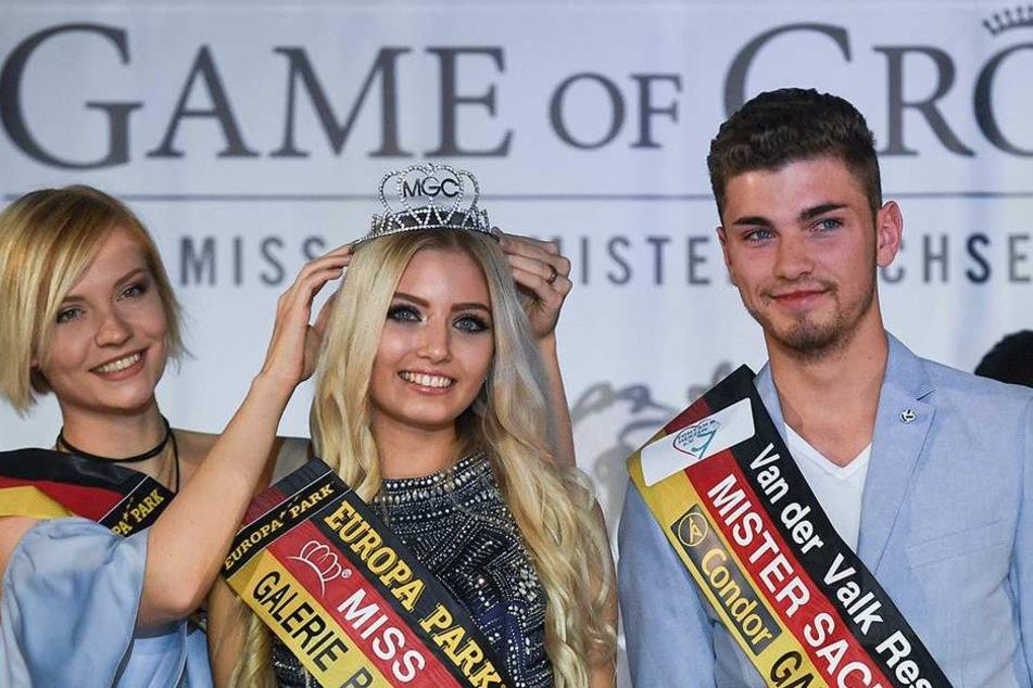 Die scheidende Miss Sachsen, Farina Behm (li.) setzt der neuen Titelträgerin das Krönchen auf. Rechts der neue Mister Sachsen, Philipp Schneider.