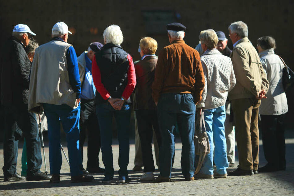 Senioren protestierten am Samstag gegen den Wegfall von Stellen für Seniorenbegleiter. (Symbolbild)
