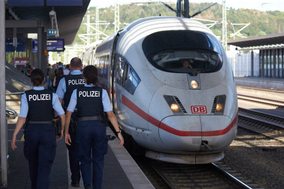 In Erfurt begleitete die Polizei den Mann aus dem Zug. (Symbolbild)