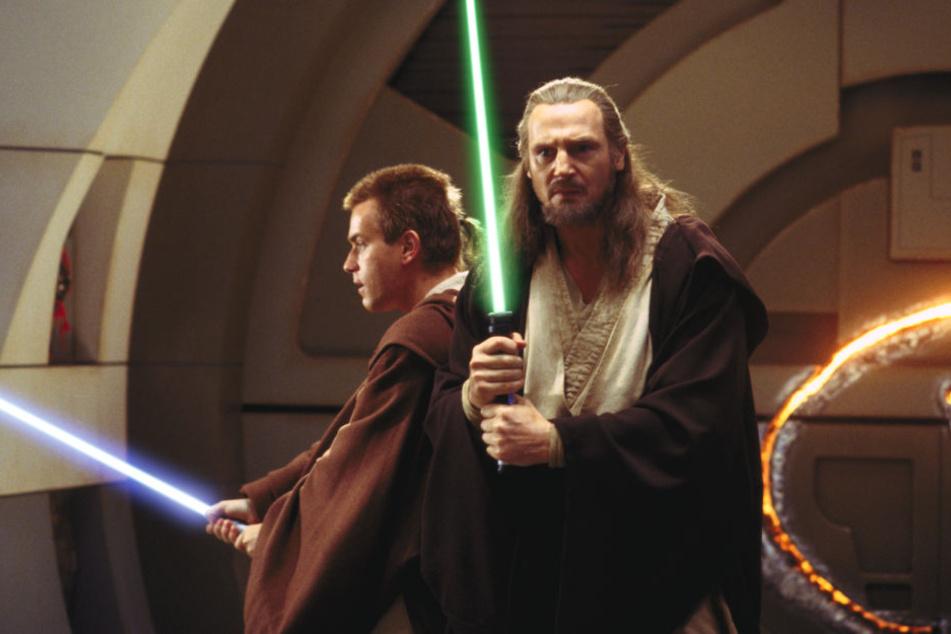 """Ewan McGregor (l) als Obi-Wan Kenobi und Liam Neeson als Qui-Gon Jinn in einer Szene des Films """"Star Wars: Episode I - Die dunkle Bedrohung""""."""
