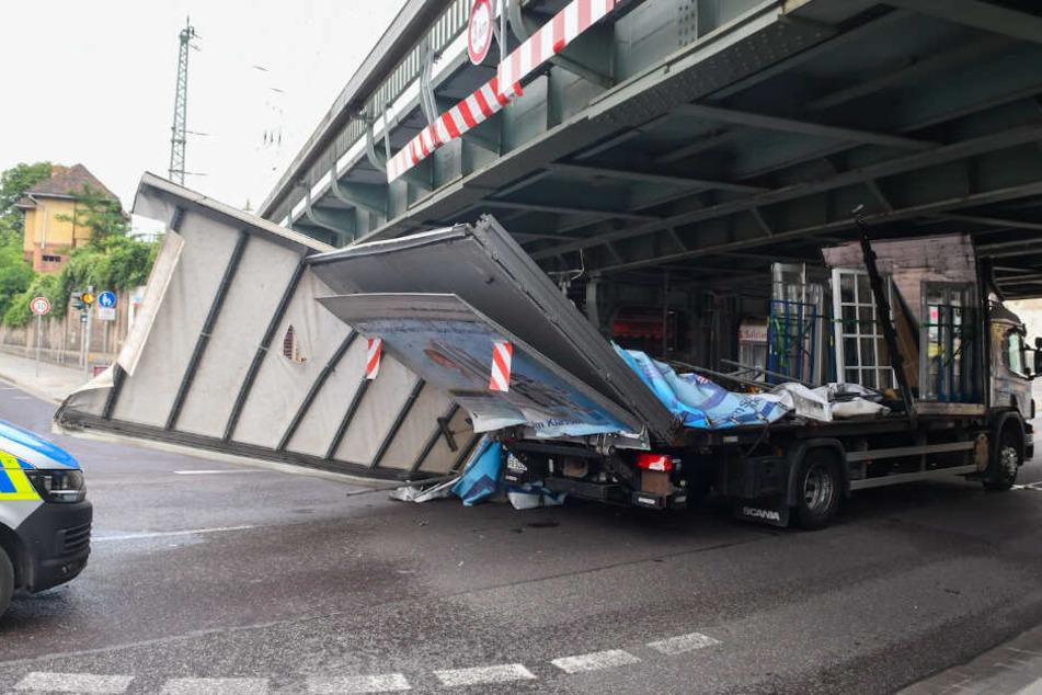 Der Laster hatte Fenster geladen. Etliche davon gingen zu Bruch.
