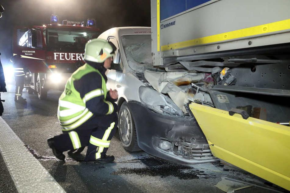 Auf der A4 rammte ein VW Caddy einen Lkw. Beide Fahrer blieben unverletzt.