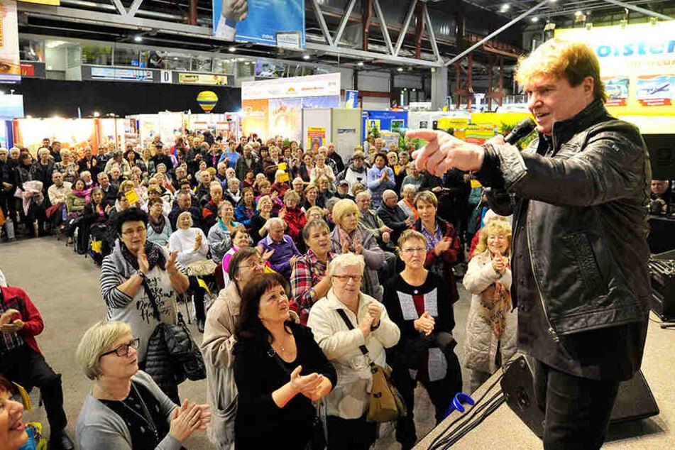 Schlagersänger Frank Schöbel (75) begeisterte seine Fans auf der Reisemesse mit seinen Hits und später mit Autogrammen.