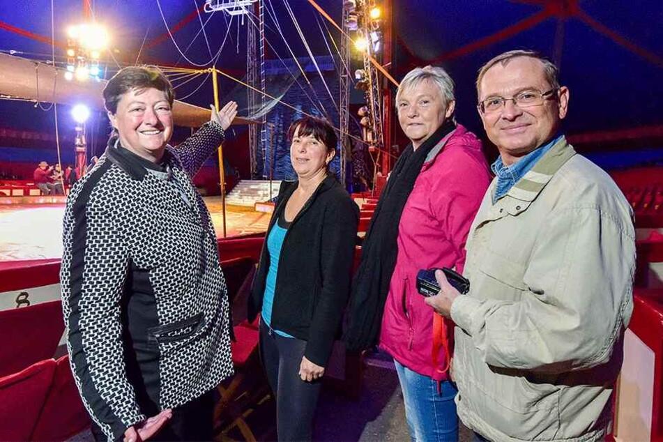 Zirkussprecherin Susanne Matzenau, Hobby-Artistin Beate Fuchs sowie Erika und  Jan Kuniss begutachteten vorab das Trapez.