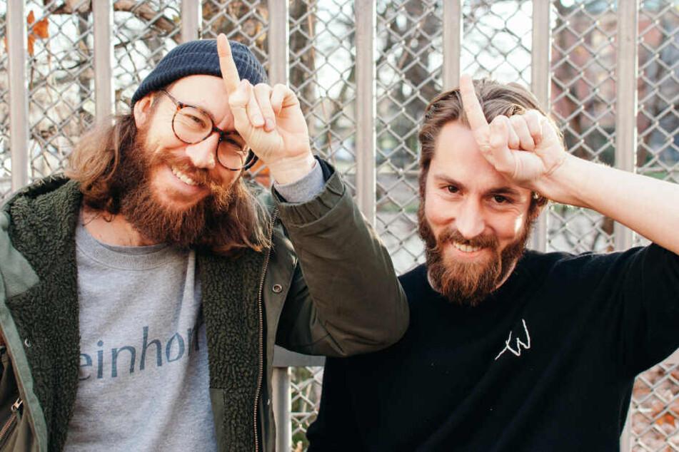 Waldemar Zeiler (links) und Philip Siefer posieren als Einhörner für einhorn.