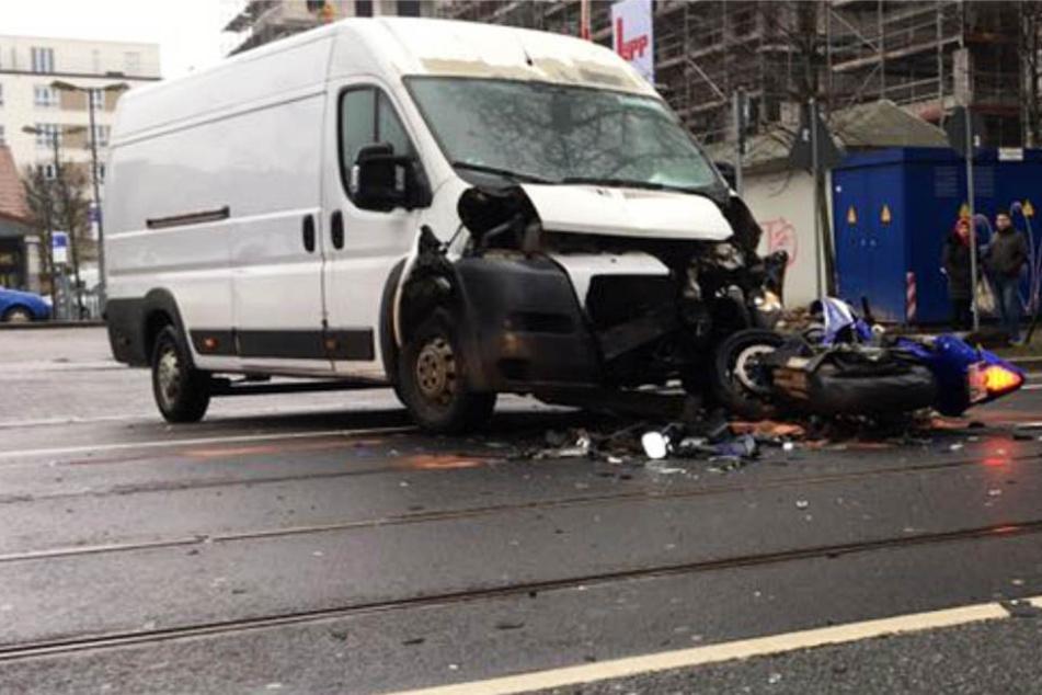 Der Transporter stieß mit einem Motorrad zusammen.