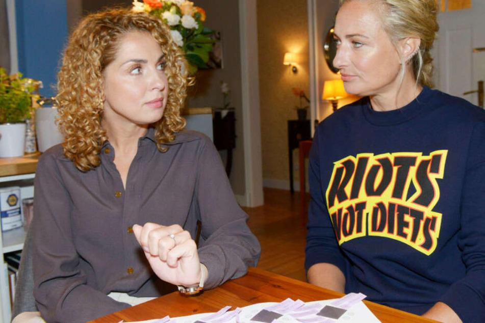 Maren (r) spricht Nina (l) auf ein heikles Thema an.