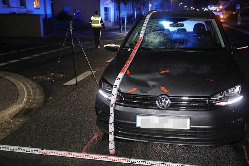 Der VW wurde stark beschädigt.
