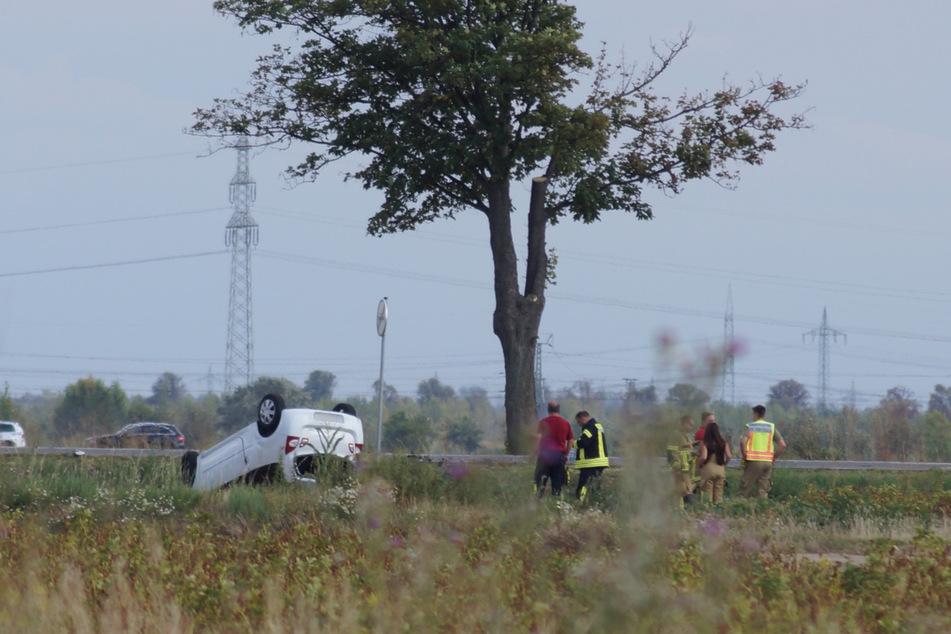 Eines der Autos war nach dem Unfall auf dem Dach liegen geblieben.