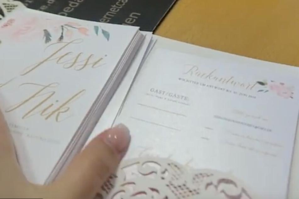 Bei den Einladungen und dem Dresscode setzt das Paar auf Pastelltöne.