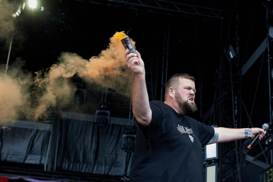 """Frontmann Jan """"Monchi"""" Gorkow zündete während des Auftritts mit seiner Band """"Feine Sahne Fischfilet"""" bei """"Rock am Ring"""" Pyrotechnik."""