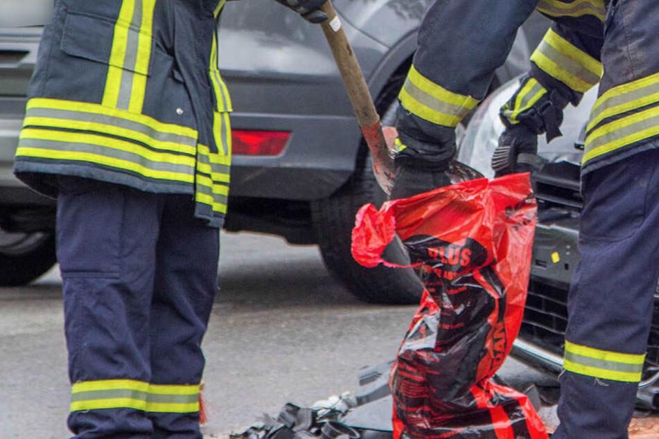 Die Feuerwehr muss auslaufende Betriebsmittel binden. Die B174 ist voll gesperrt. (Symbolbild)