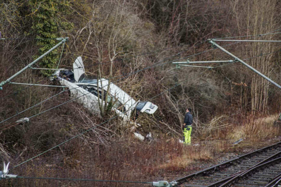 Fahrer fährt Böschung runter und landet auf Gleisbett