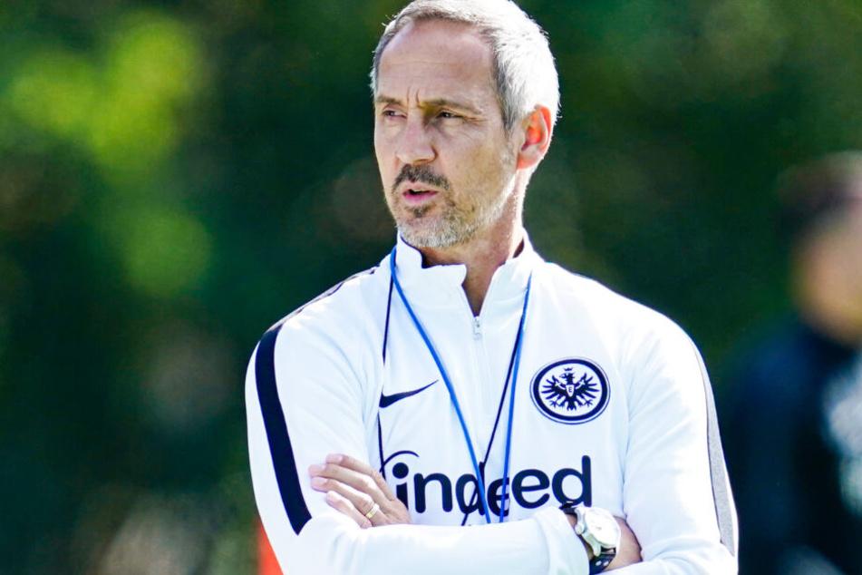Frankfurts Trainer Adi Hütter (Archivbild) hat gegen Vitória Guimarães ein Problem in der Defensive.