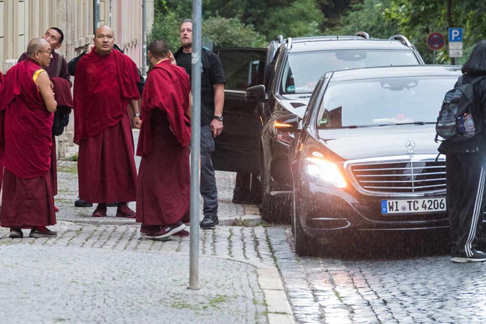 Die buddhistischen Mönche standen samt Personenschützer in Weimar. Seine Heiligkeit den 17. Karmapa Ogyen Trinley Dorje schaut direkt in die Kamera.
