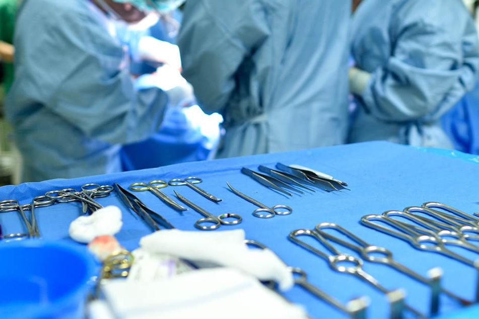 Eine Verwechslung der Patientenarmbänder soll zu der irrtümlichen OP geführt haben.