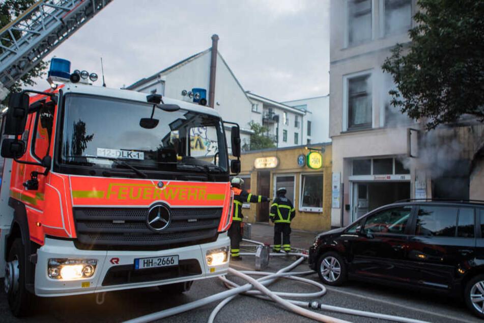 Die Feuerwehr begutachtet den Brand im Erdgeschoss.