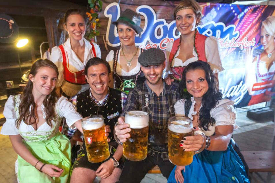 """Am Freitag startet endlich die """"Wooosn""""! Henrik Bonesky (39, vorn, 2.v.l.) und Martin Schmitt (31, vorn, 3.v.l.) wissen was da nicht fehlen darf: Eine Maß Bier!"""