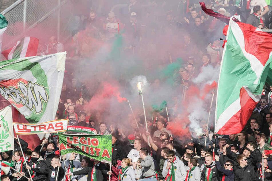 Fans des FC Augsburg in der Fankurve. Einige Anhänger lehnen die Kontrollen ab.
