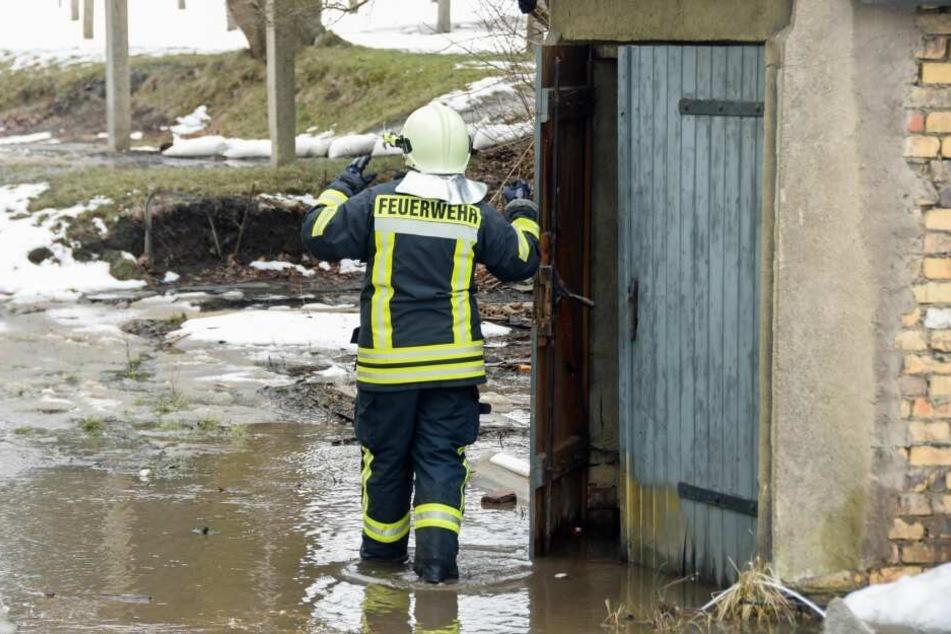 Das Schmelzwasser stand knöcheltief im Hinterhof der Wohnhäuser.