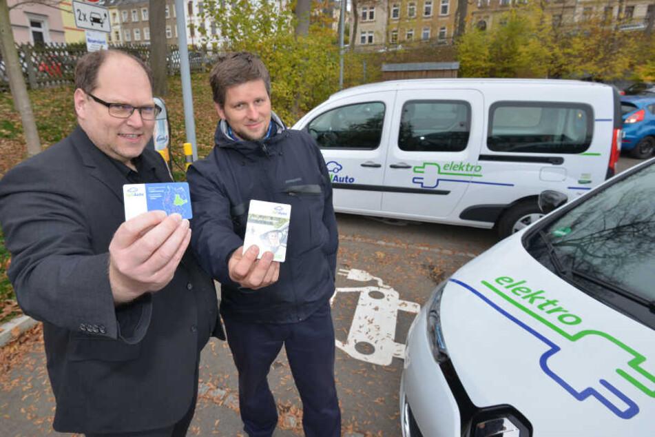 VVV-Chef Thorsten Müller (49) und Torsten Bär (40), Chef Elektromobilität bei teilAuto, zeigen die Nutzerkarte, mit der die E-Autos gemietet werden können.