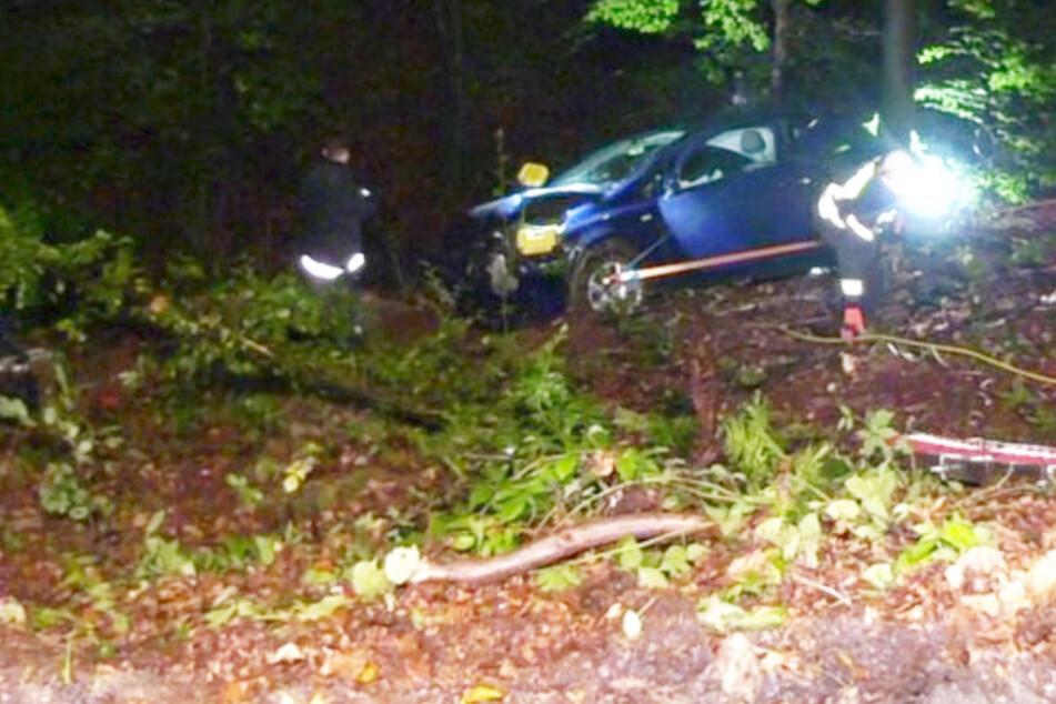 Corsa stürzt 30 Meter in die Tiefe: Nur so konnte Feuerwehr die Fahrerin retten