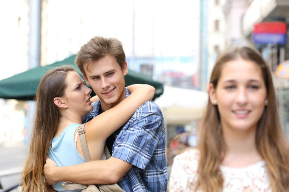 Wenn es jemand ernst mit der neuen Liebe meint, wird er den Anderen in sein Leben einbinden - online und offline.