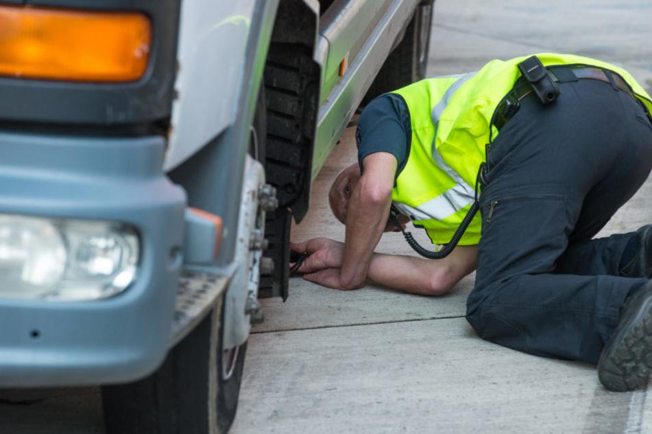Die Polizeibeamten konnten den Zechpreller unter einem Lkw finden. (Symbolbild)