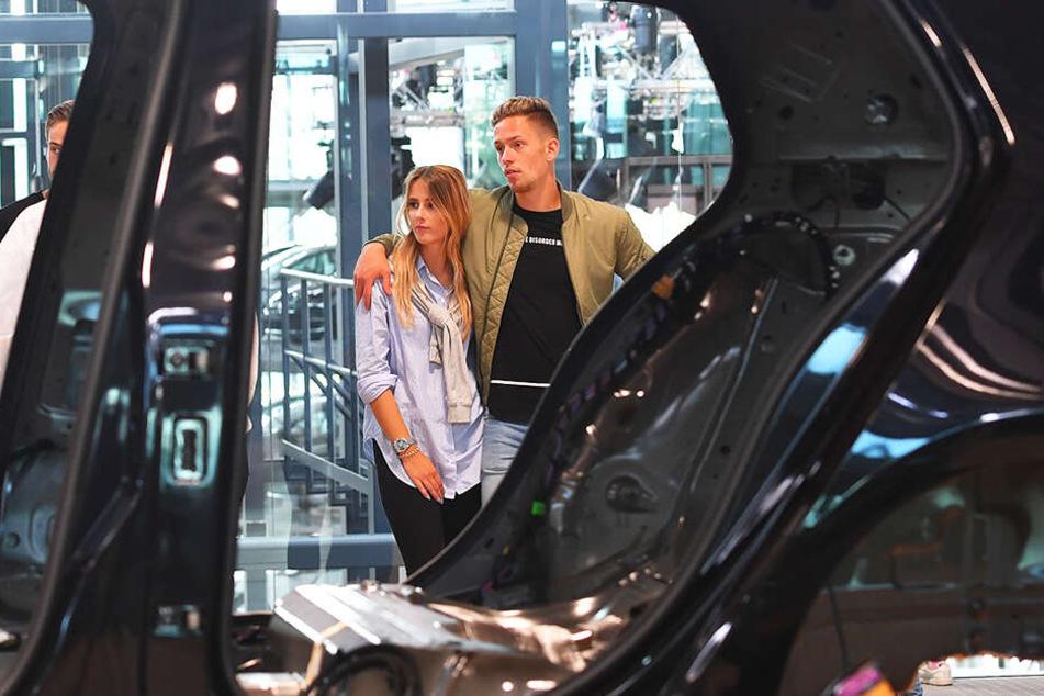 Jannik Müller mit Freundin Victoria beim Besuch der Gläsernen Manufaktur in Dresden. In einigen Tagen fahren beide zusammen in den Urlaub.
