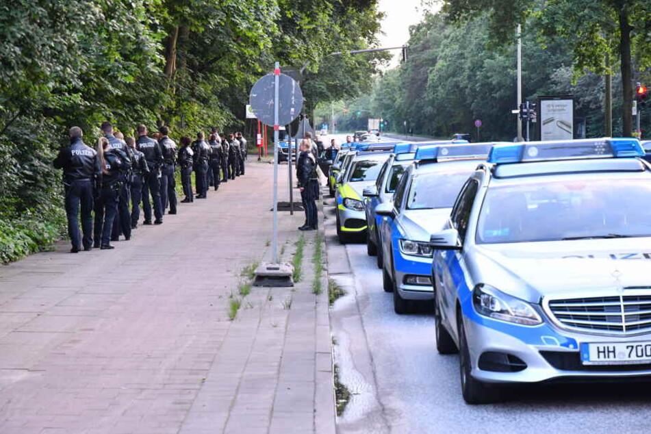Am Mittwochabend durchkämmte die Polizei ein Waldstück an der Cuxhavener Straße.