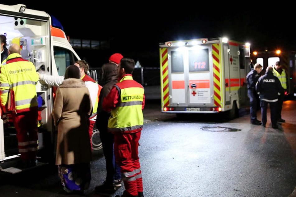 Neben der Polizei waren auch Rettungswagen und die Feuerwehr am Einsatz beteiligt. (Symbolbild)
