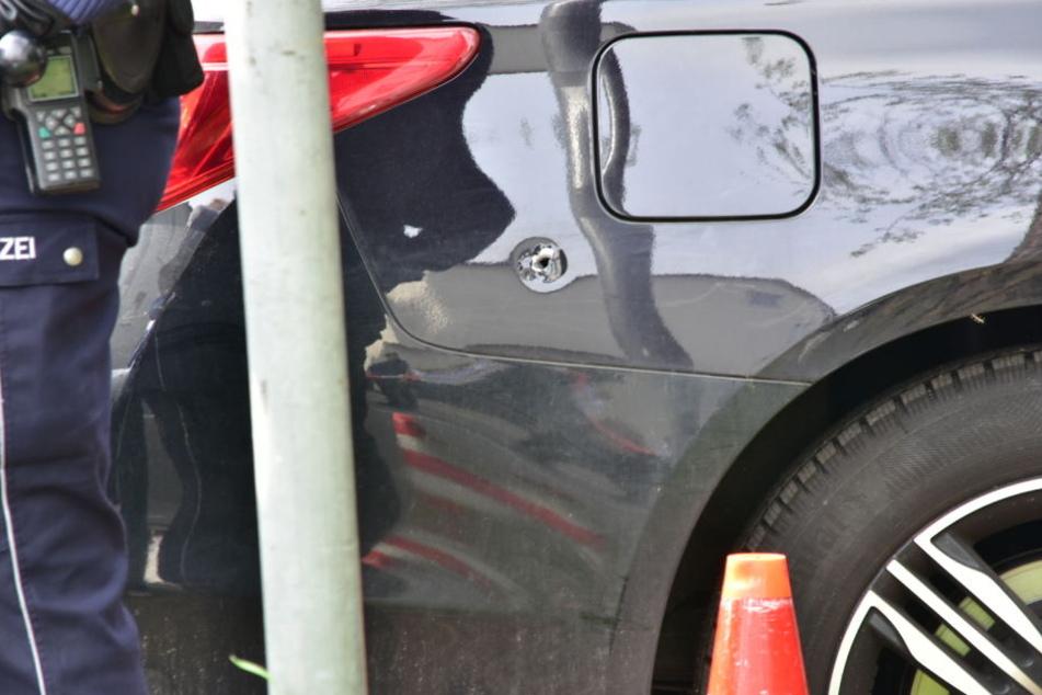 An diesem Auto ist deutlich ein Einschussloch zu erkennen.