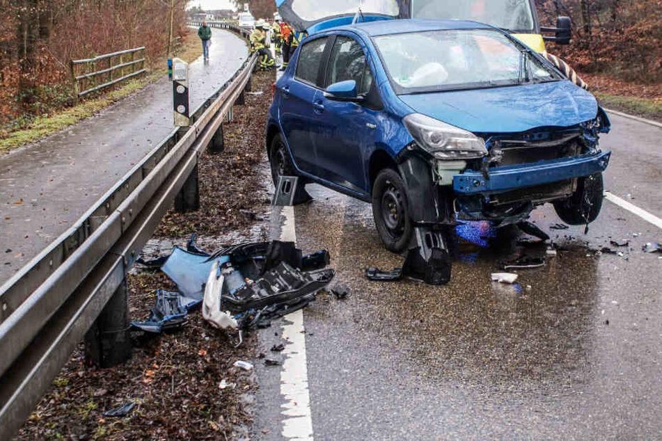 Motorradfahrer crasht frontal in Toyota und wird darunter eingeklemmt