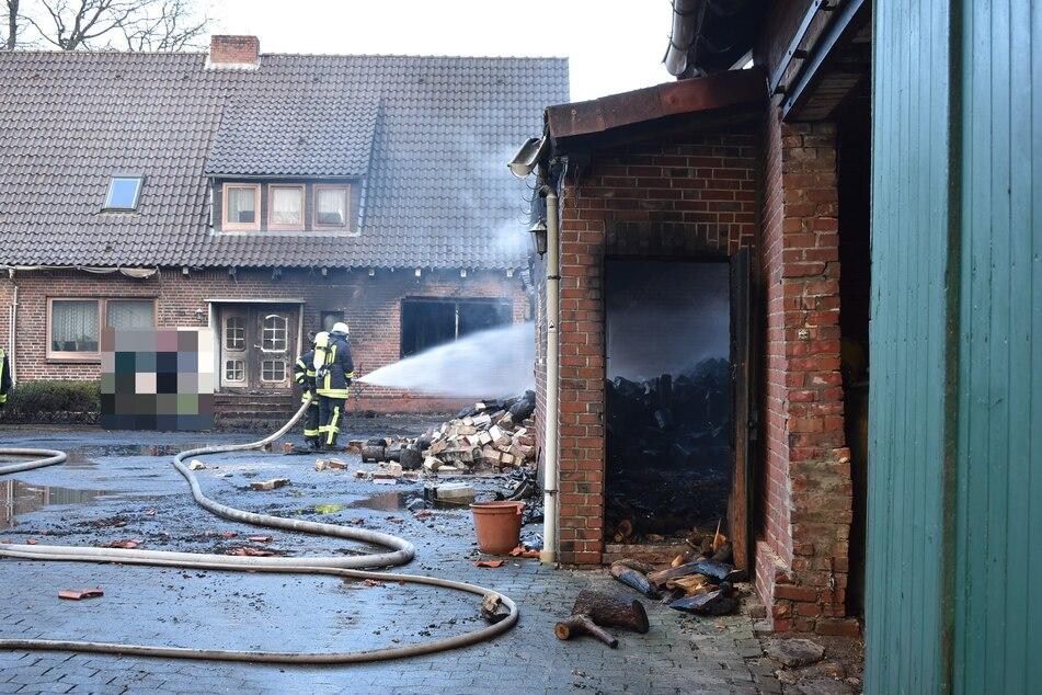 Blick über den Hof auf das Wohnhaus, rechts das vom Brand betroffene Gebäude.