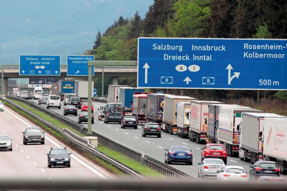 Lastwagen stauen sich auf der Autobahn 8 bei Rosenheim. (Symbolbild)
