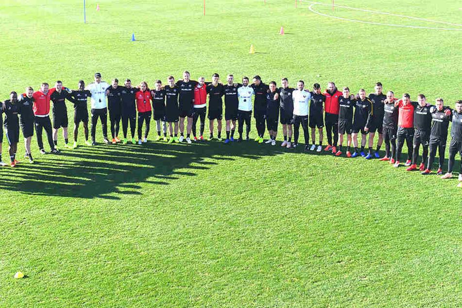 Die Mannschaft: Spieler, Trainer und Betreuer von Dynamo gaben im Türkei-Trainingslager ein geschlossenes Bild ab. So jedenfalls können die Schwarz-Gelben optimistisch in die Zweitliga-Spiele gehen.
