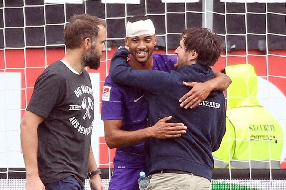 Freude nach dem 2:1-Sieg im Hinspiel bei Malcolm Cacutalua (mit Turban), Coach Hannes Drews (r.) und Torwarttrainer Max Urwantschky.