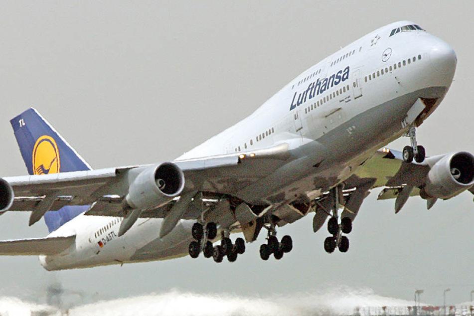 Die Boing 747 der Lufthansa fliegt zwischen Berlin und Frankfurt.