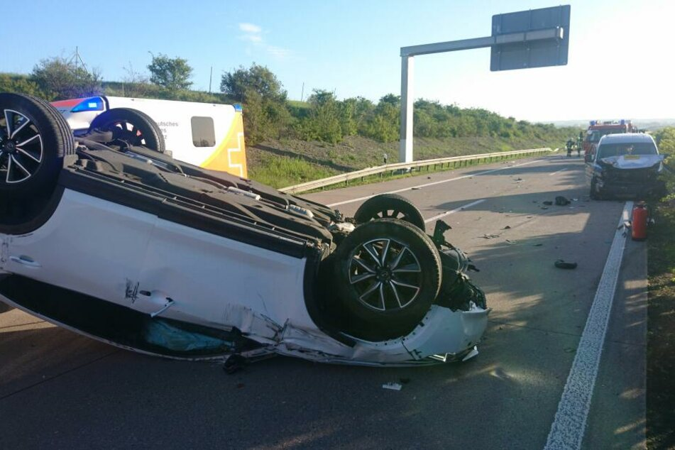 Der Mazda blieb auf dem Dach liegen.