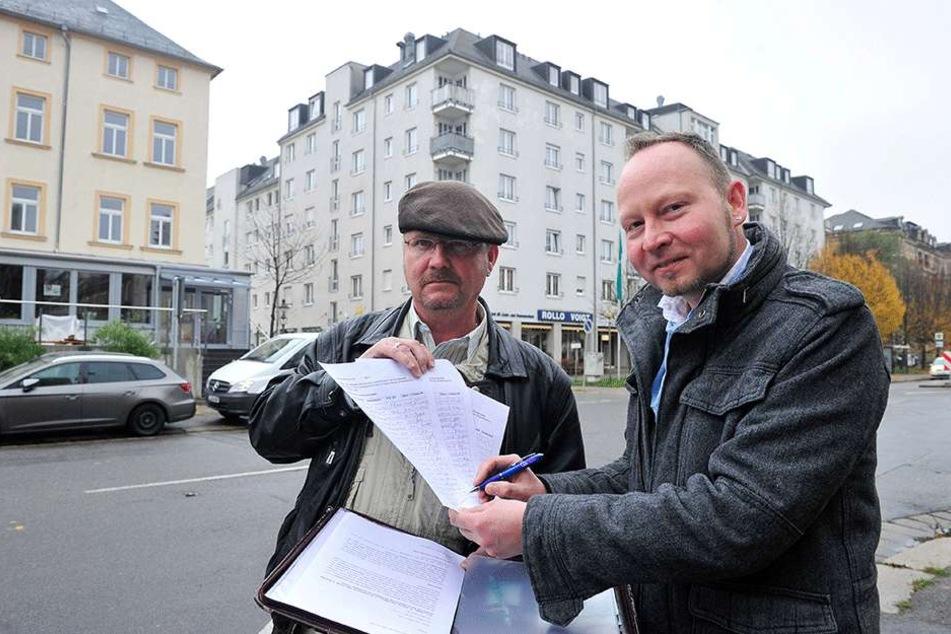 Mit einer Petition kämpft Anwohner Robby Franke (52, l.) für die Buslinie 51. Stadtrat Andreas Wolf-Kather (42, Vosi) unterstützt das Anliegen.