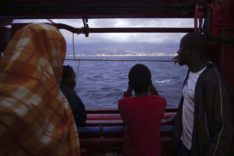 Migranten auf einem Boot. Auch einige von ihnen sind mit Corona infiziert.