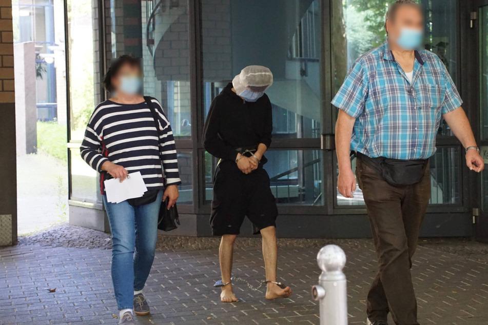 Einer der Festgenommenen am Montag in Hand- und Fußfesseln.