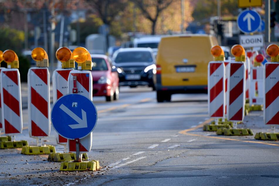 Die Arbeiten auf der Leipziger Klingerbrücke müssen vorerst wegen eines defekten Fahrzeugs pausiert werden. (Symbolbild)