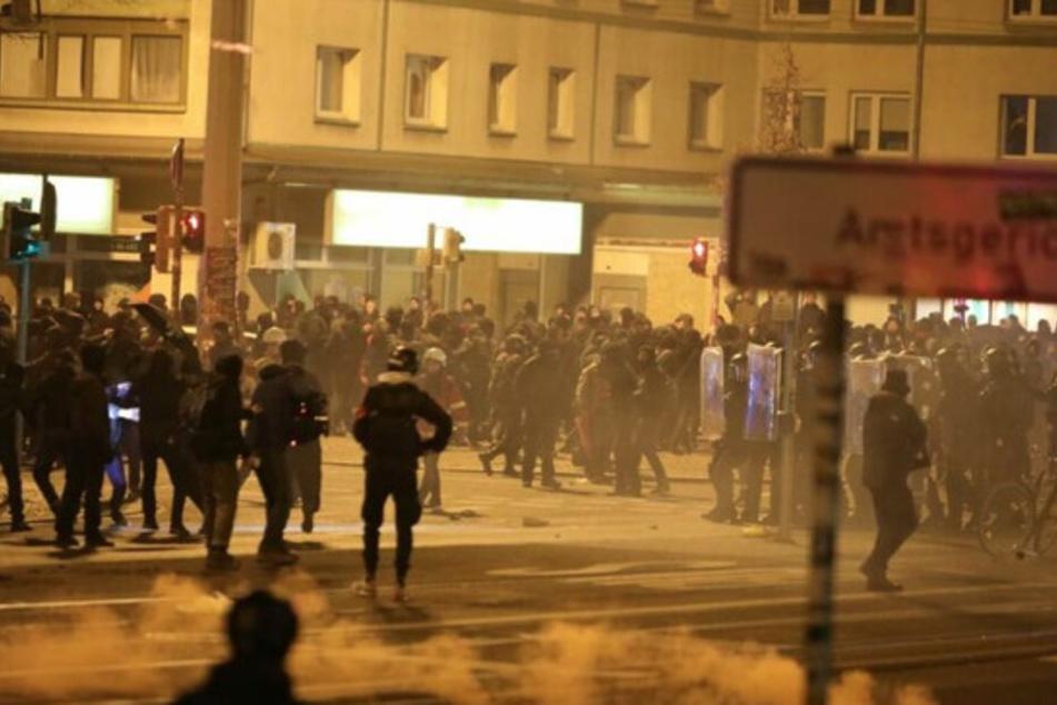 Nach der eskalierten Indymedia-Demo in Leipzig ermittelt die Staatsanwaltschaft nun gegen ein 36-Jährigen.