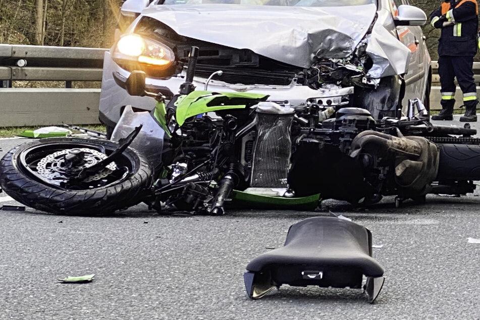 Bikerin kommt auf Gegenspur und rast in Auto: Hubschrauber fliegt sie in Klinik
