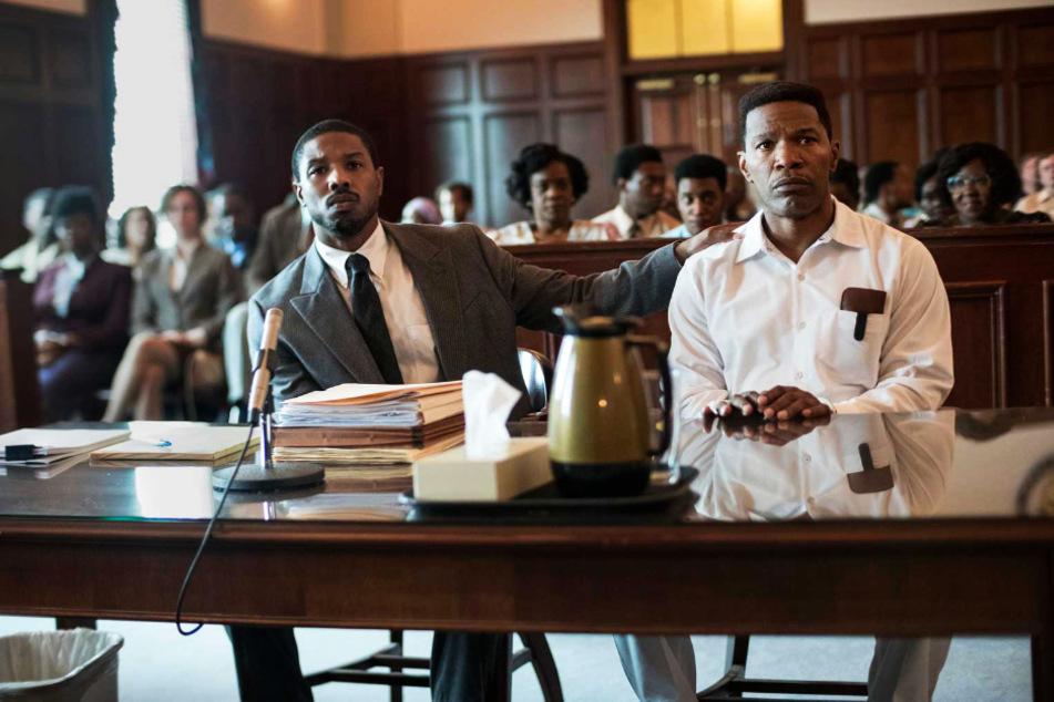 """Der junge Anwalt Bryan Stevenson (l., Michael B. Jordan) kämpft in """"Just Mercy"""" für Walter McMillian (Jamie Foxx) und damit für Gerechtigkeit."""