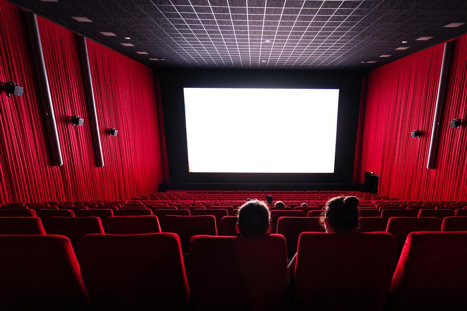 Wenige Besucher sitzen in einem Saal im Kino Ufa-Kristallpalast in der Innnenstadt und schauen auf die Leinwand.