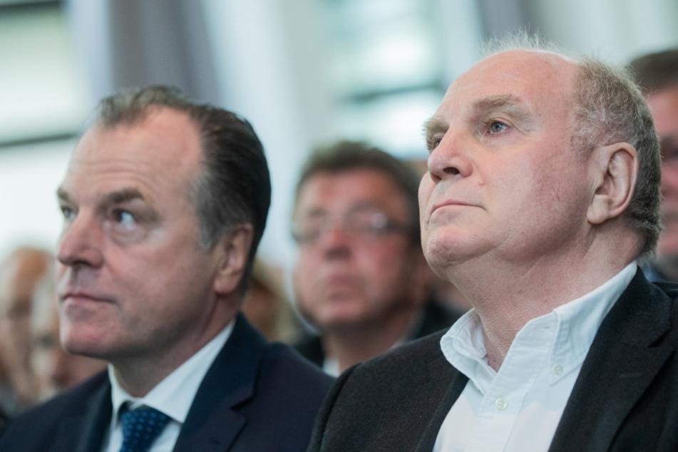 Clemens Tönnies (l., 64) und Uli Hoeneß (68) sitzen bei einer Veranstaltung im Jahr 2019 nebeneinander.